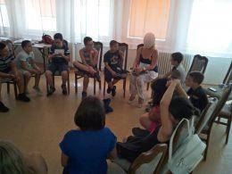 A képen egy körben ülnek a diákok és beszélgetnek az érzékenyítést végzőkkel