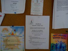 A képen a gyengénlátók iskolájában kihelyezett plakátunk látható, amin a kitelepülésünk meghirdetésre került