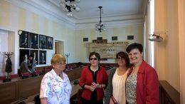 A VGYKE fős küldöttsége áll a teremben, ahol a konfeerencia zajlott