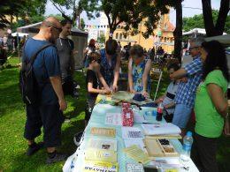 A VGYKE asztala, látogatókkal körülvéve a kispesti városnapokon