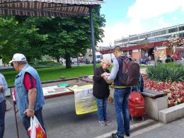 A lámpások standját éppen felkeresi valaki az újpesti piacon