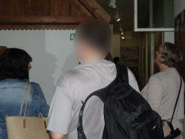 A matyó múzeum belsejében a kirándulócsoport a tárlatvezetést hallgatja
