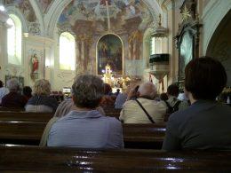 A kirándulócsoport a mezőkövesdi templomban gyönyörködve leült a templom padsorai közé