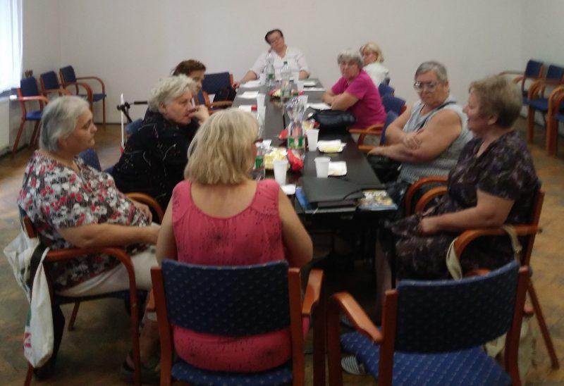 Az újpesti klubnapon a tagok beszélgetnek egymással egy asztal körül