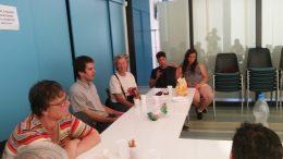 A zuglói klubtagok egy asztal körül ülve beszélgetnek