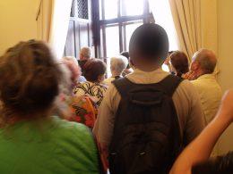Az újbudai csoport a hálónak berendezett teremben hallgatja a tárlatvezetést
