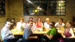 A képen az első ACDC klub résztvevői láthatóak egy asztal körül ülve
