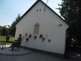 A képen a Gárdonyi Emlékháznál lévő szobor látható az íróról