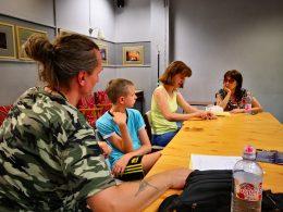 Koós Andrea beszél a kőbányai klubnapon a Braille-írásról