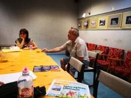 A kőbányai klubtagok hallgatják az előadást a Braille-írásról