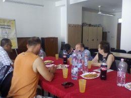 Tanai Csabát hallgatják a terézvárosi klub tagjai