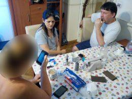 Az újbudai klubnapon telefonon keresnek információt a beszélgetés közben egy asztal mellett ülve a klubtagok