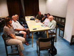 A kőbányai klubtagok egy asztal körül ülve beszélgetnek