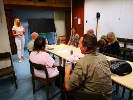 A kőbányai klubnapon a hallásvizsgálatot végző audiológus beszél a tagokhoz