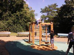 Az angyalföldi klub kirándulásán gyerekek játszanak egy modern mászókán