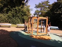 A cerka-firka játszótéren mászókáznak a gyerekek