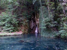 Egy vízforrás látható a képen, melyen a fennsíkokon elszivárgó víz a felszínre tör