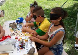A ferencvárosi klub asztalánál gyerekek játszanak érzékenyítős játékokat