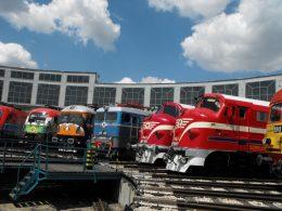 A képen a parkban bemutatott régi mozdonyok fényképe látható