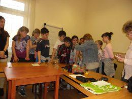 A KMO-ban szervezett rendkívüli osztályfőnöki órán Bernát Zsuzsa mutat szemléletformáló játékokat a diákoknak