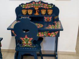 Egy matyó díszítéssel festett szék és asztal a mezőkövesdi múzeumból, melyet az újbudai klub felkeresett