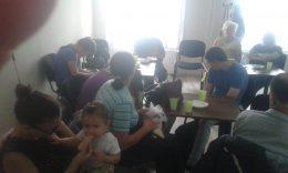 Az erzsébetvárosi klubtagok ülnek a teremben az asztalok mellett