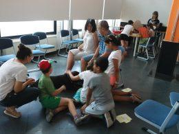 Nánai Erika és Csaba beszélget a kityát simogató diákokkal