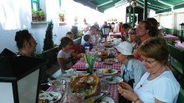 A képen a zuglói tagok ismerkednek egy étteremmel