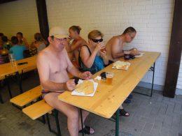 A kispesti klubtagok ebédelnek egy asztal mellett