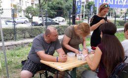 Lámpások beszélgetnek a prevenciós napon a ferencvárosi klub asztalát felkereső emberekkel