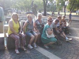 A terézvárosi klub tagjai a Városligetben ülnek a tó előtt