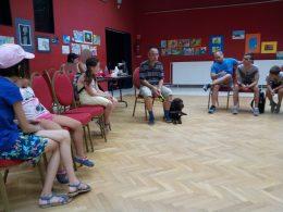 Tanai Csaba a színházteremben tart előadást a kutyákról