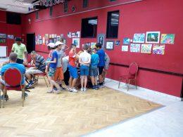 Újpesti diákok állják körbe az asztalt, ahol az Egyesület munkatársaival játszanak
