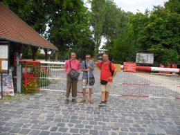 A képen a csoport egy része látható a Vasúttörténeti Park bejárata előtt