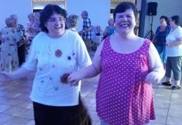Az egyik lámpás és egy tag táncolnak a klubnapon