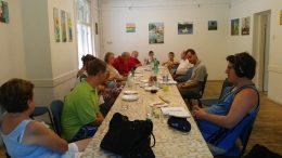 A képen a rákosmenti klub tagjai láthatóak, egy hosszú asztalt ülnek körül