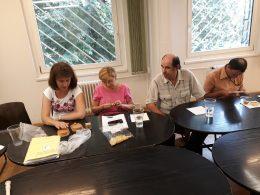 A képen Andrea és a 18. kerületi klubtagok láthatóak egy asztal mellett ülve