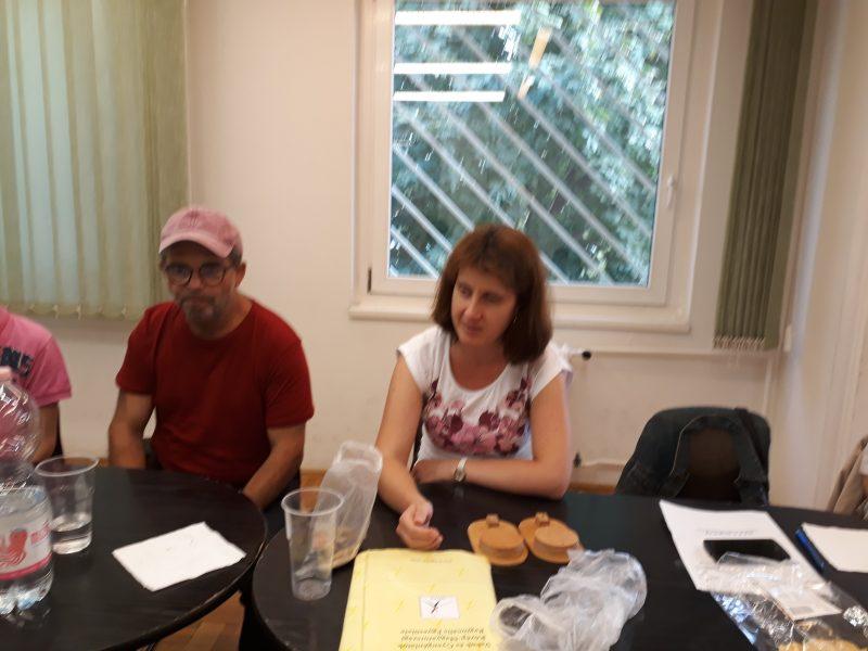 A képen Andrea látható, aki a Braille-írásról tart előadást a 18. kerületi klubnapon