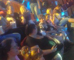 A közönség soraiban az erzsébetvárosi Lámpás Klub tagjai láthatók
