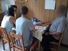 A képen egy asztal köré ülnek le a klubnap elsőnek érkező résztvevői