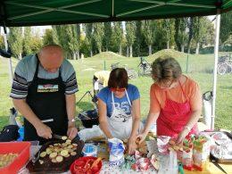 A szakácskülönítmény ételt készít egy asztalnál állva