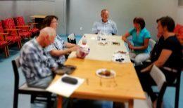 A képen a kőbányai tagok láthatók, amint leültek egy asztalhoz a klubteremben