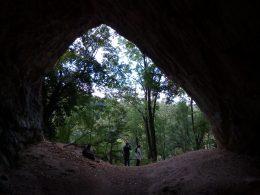 Az Istállós-kői barlang bejárata látható a képen