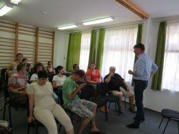 Kisházy Gergely vezet egy tréninger a táborozóknak, akik hallgatják őt