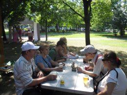 Egy asztalnál sört ízlelgetnek a két klub tagjai