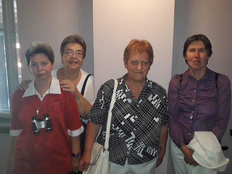 A békási klub színházlátogató csoportja látható a képen