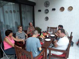 Egy asztal mellett ülve beszélgetnek a 18. kerületi klubtagok