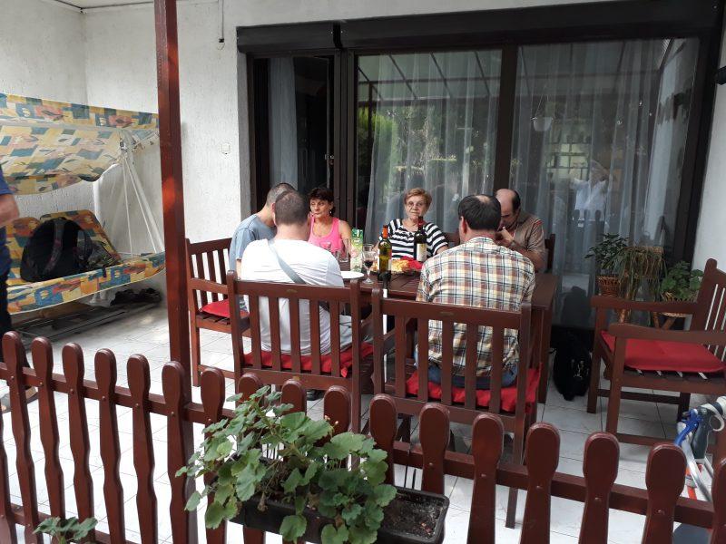 Egy teraszon ülve beszélgetnek a 18. kerületi klubtagok
