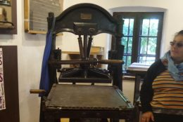 A képen a Gutenberg-prés látható, amit Hollokőn állítottak ki