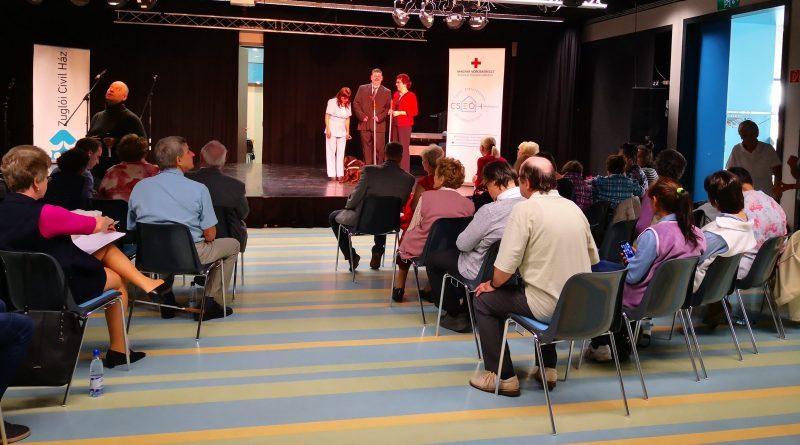 A zuglói fehér bot napi ünnepségen a Vakrepülés társulat áll a színpadon